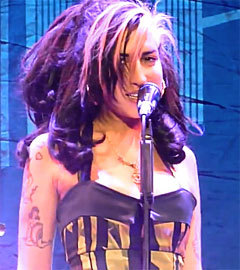 Эми Уайнхаус на концерте в Белграде. Кадр с сайта YouTube