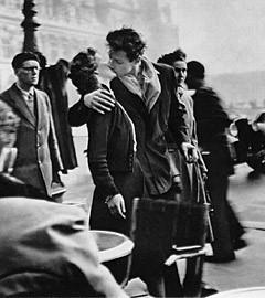 """Фрагмент фотографии Робера Дуано """"Поцелуй у здания муниципалитета"""", 1950 год."""