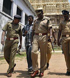 Индийская полиция у храма Шри-Падманабхасвами, 4 июля 2011 года. Фото (c)AFP