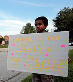 """Мальчик с плакатом """"Где справедливость для Кэйли?"""". Фото (c)AP"""