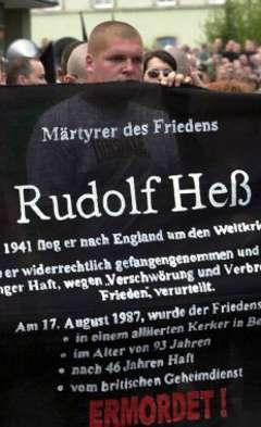 """Шествие неонацистов в память о Гессе. Надпись """"Мученик за мир. Рудольф Гесс. Убит"""". Фото (c)AFP"""