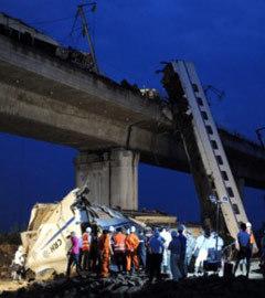 Место аварии скоростного поезда 23 июля 2011 года. Фото (c)AFP