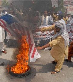 Пакистанцы сжигают американский флаг в знак протеста против применения беспилотников. Фото (c)AFP