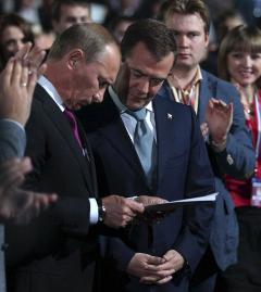 """Владимир Путин и Дмитрий Медведев на съезде """"Единой России"""". Фото (c)AFP"""