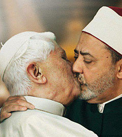 Бенедикт XVI и Ахмед эль-Тайеб на плакате Benetton