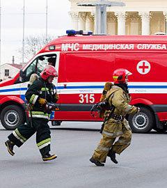 Сотрудники МЧС у минского метро, 11 апреля 2011 года. Фото РИА Новости, Сергей Самохин