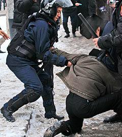 Задержание участника акции протеста против действий властей в Жанаозене. Алматы, 17 декабря 2011 года. Фото РИА Новости, Анатолий Устиненко