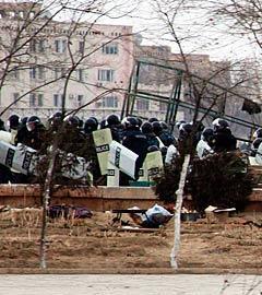 Полицейские на улицах города Жанаозен, 17 декабря 2011 года. Фото РИА Новости, Анатолий Устиненко
