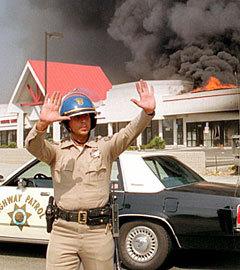 """Горящий торговый центр в Лос-Анджелесе, 1992 год. Фото (c)AFPОткрыть фотогалерею """"Постояли за своего"""""""