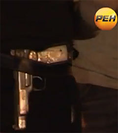 """Пистолет Стечкина на поясе одного из """"сочувствующих"""" Тарамову. Кадр телеканала РЕН ТВ"""