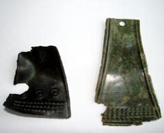 Две трапециевидных подвески, бронза, частично повреждены. Такие подвески характерны для местного населения Верхнего Поднепровья первой половины X в. Фото Тамары Пушкиной. Нажмите, чтобы увеличить