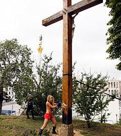 Акция FEMEN в Киеве 17 августа 2012 года. Фото Reuters