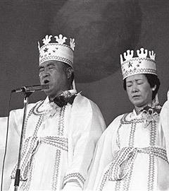 Мун Сон Мен с женой Хан Хак Ча на церемонии массового бракосочетания в Сеуле в 1982 году. Фото (c)AP