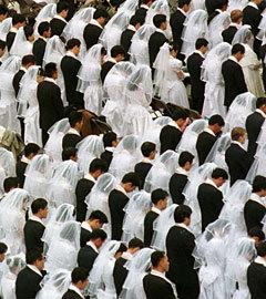 Церемония массового бракосочетания в Вашингтоне в 1997 году. Фото Reuters. (Нажмите, чтобы увеличить)