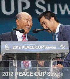 Мун Сон Мен с сыном Мун Хен Джином открывает учрежденный им Футбольный фонд мира Сонмун, 2012 год. Фото (c)AP
