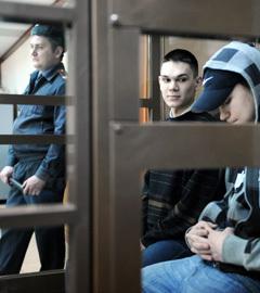 Артур Рыно и Павел Скачевский (слева направо), обвиняемые в убийстве на почве расовой вражды, во время предварительного слушания в зале Мосгорсуда. Фото ИТАР-ТАСС, Александра Мудрац