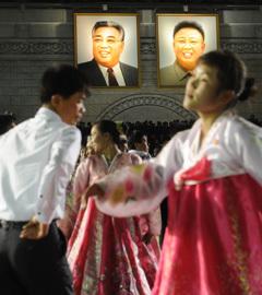 Торжественный вечер молодежи и студентов в честь столетия со дня рождения основателя КНДР Ким Ир Сена проходит на площади Ким Ир Сена. Фото РИА Новости, Илья Питалев