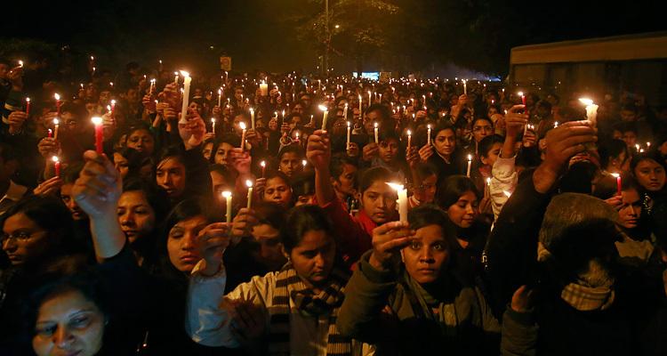 Жители Дели в день смерти жертвы изнасилования 29 декабря. Фото: Danish Siddiqui / Reuters