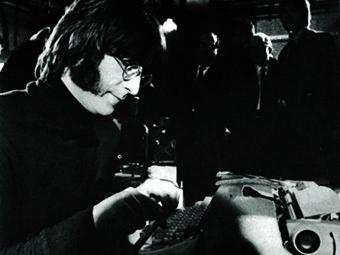 """Джон Леннон за печатной машинкой. Фото предоставлено издательством """"Слово"""""""