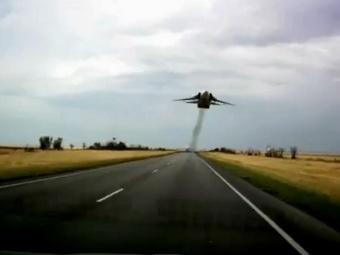 Кадр из видеоролика с низколетящим Су-24