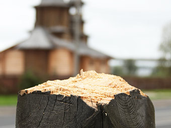 Поваленный поклонный крест памяти жертв политических репрессий в Архангельске. Фото РИА Новости