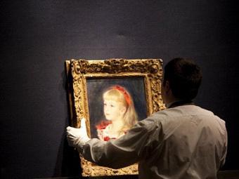 """""""Мадемуазель Гримпрель с красной лентой в волосах"""" кисти Огюста Ренуара в аукционном зале. Фото (c)AFP"""