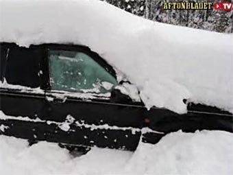 Заснеженный автомобиль Петера Шюльберга. Кадр из видео на сайте издания Aftonbladet