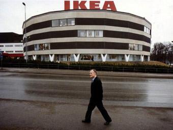 """Основатель """"Ikea"""" Ингвар Кампрад перед первым магазином в Стокгольме, 1989 год. Фото (c)AFP"""
