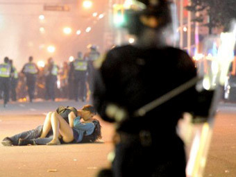 Поцелуй Скотта Джонса и Алекс Томас. Фото (c)AFP