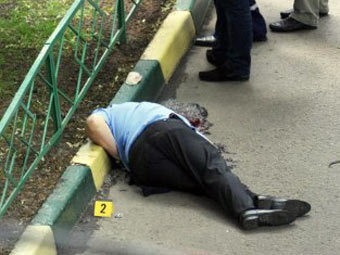 Тело Юрия Буданова на месте убийства. Фото (c)AFP
