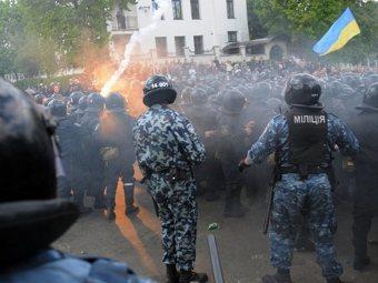 Милиция сдерживает толпу во Львове. Фото (c)AFP.