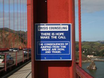 """Объявление для самоубийц на мосту """"Золотые ворота"""". Фото Miskatonic с сайта Википедии"""