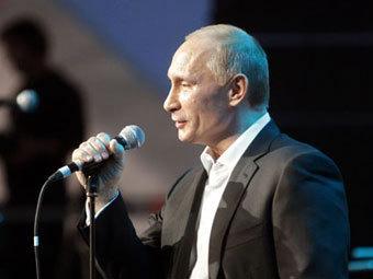 Владимир Путин поет на благотворительном вечере. Фото с сайта premier.gov.ru
