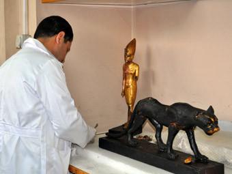 Реставратор Каирского музея работает с поврежденными мародерами экспонатами. Фото с сайта drhawass.com