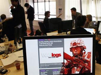 """""""Иракское досье"""" на экране в офисе OWNI, создателей оболочки для документов. Фото (c)AFP"""