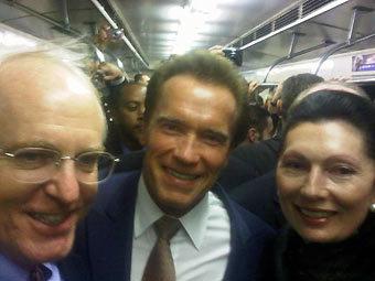 Арнольд Шварценеггер в сопровождении послов США и Австрии в московском метро. Фото из микроблога губернатора
