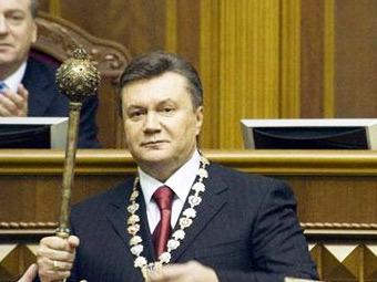 Виктор Янукович с президентской булавой. Фото с сайта donbass.ua