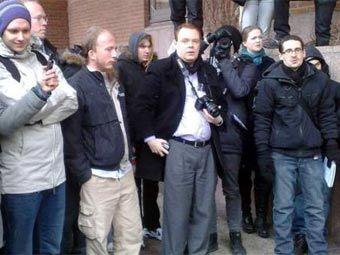 Администраторы The Pirate Bay Петер Сунде и Готтфрид Свартхольм (крайние слева) и журналисты у здания суда. Фото с сайта strangeglue.com