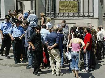 Очередь у здания российского посольства в Тбилиси 20 июля 2007 года. Фото (c)AFP