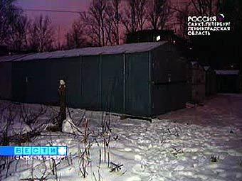 """Двор, в котором были обнаружены фрагменты тела убитой. Кадр телеканала """"Россия"""""""