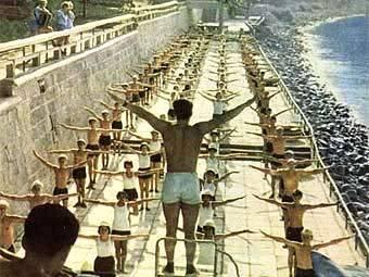 """Фото Е.Тюккеля """"Зарядка в """"Артеке"""". Фотоальбом """"Солнце, море и мы"""", 1963 год"""