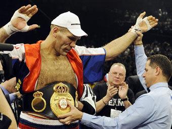 Николай Валуев после победы над Эвандером Холифилдом. Фото (c)AFP