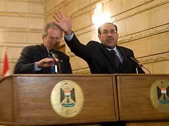 Премьер-министр Ирака прикрывает Буша от летящего ботинка. Фото (c)AFP