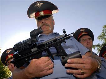 Милиционеры осматривают ПП-2000. Фото (c)AFP