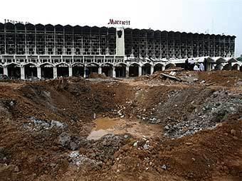 """Воронка на месте взрыва у отеля """"Марриотт"""" в Исламабаде. Фото AFP"""