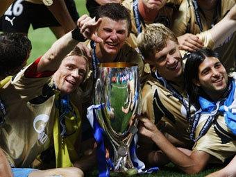 """Футболисты """"Зенита"""" с Суперкубком УЕФА. Фото AFP"""