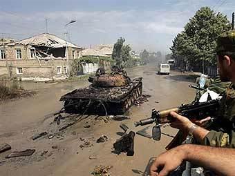Сожженный грузинский танк в Цхинвали. Фото AFP