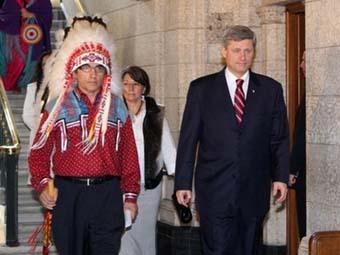 Индейский лидер Фил Фонтен и премьер Канады Стивен Харпер. Фото AFP