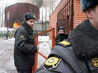 Милиция у горящего здания клуба. Фото AFP