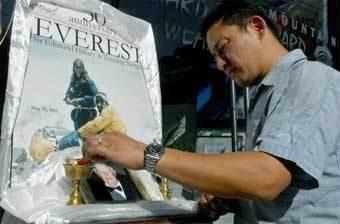 Сын напарника Эдмунда Хиллари по первому восхождению на Эверест зажигает ритуальную лампу. Фото AFP
